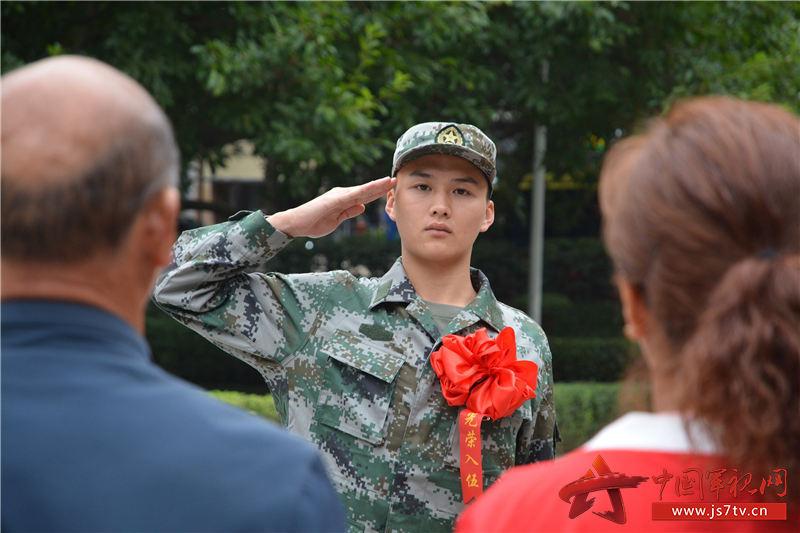 12图为2019年9月16日,新兵王钦在涪陵易家坝广场与父母告别之际,恭恭敬敬地向父母敬了一个标准的军礼,表达离别与不舍。   黄春红摄