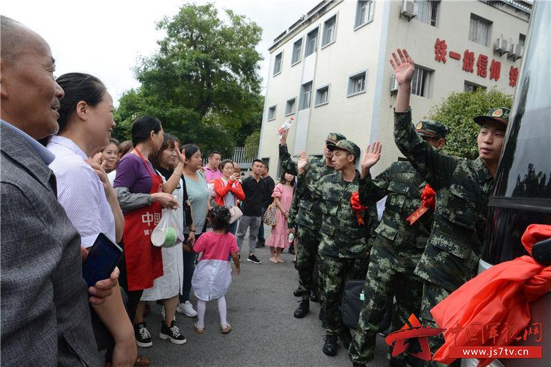 26图为2019年9月16日,重庆市涪陵区新兵即将登车离开家乡,奔赴祖国各地,开启军旅新征程。   黄春红摄