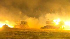 【第一军视】多型火炮夜间齐射上演火力盛宴 弹雨点亮夜空