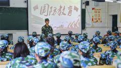 """广西桂林:武警官兵走进校园  """"零距离""""开展国防教育"""