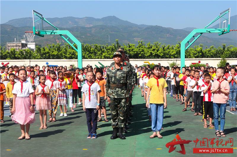 01国防教育进校园 陈凌义摄