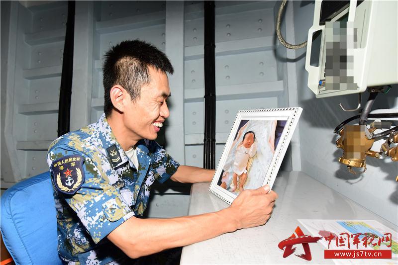 看到女儿的照片,徐广钊高兴得合不拢嘴。王冠彪摄影