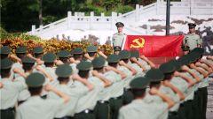 武警海南总队邀请老红军共同开展党日活动