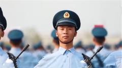 """阅兵方队里的故事: """"地震男孩""""程强 长大后我成为空降兵接受祖国检阅"""
