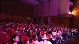 观众们挥舞红旗,现场互动。