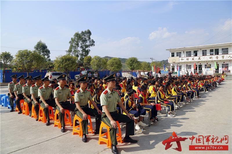 02、战士们和学生们一起参加活动
