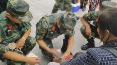 天津站执勤武警救助受伤大娘