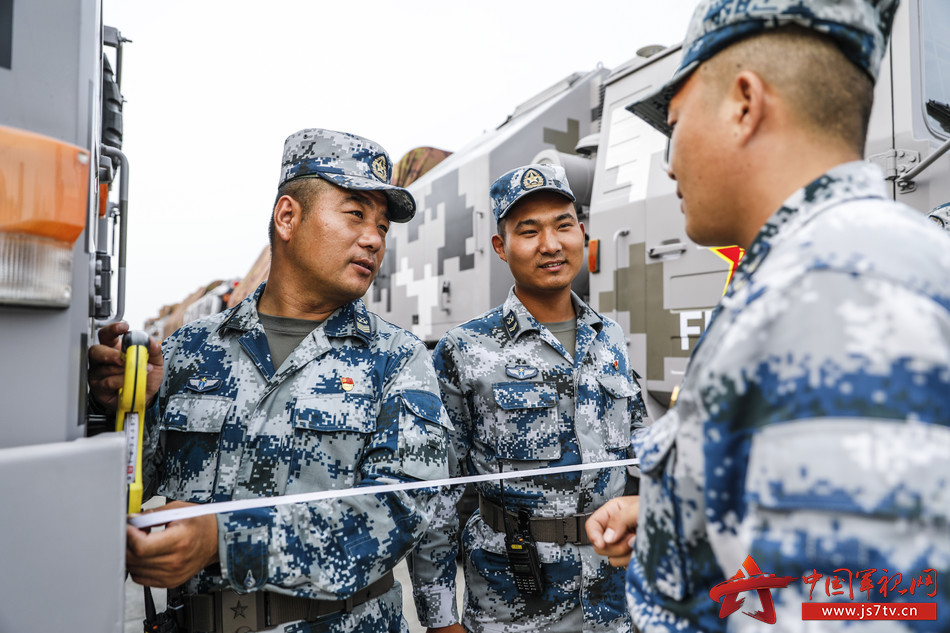 蒋大力和战友讲解车辆驾驶细节(王轶哲 摄)