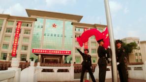 【祝福祖国】五星红旗高高飘扬:国庆当日各地举行升旗仪式