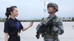阅兵训练40秒不眨眼 美女记者现场挑战