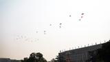"""2019年10月1日上午,庆祝中华人民共和国成立70周年大会在北京天安门广场隆重举行。这是直升机在空中组成""""70""""字样飞过天安门广场。徐晓羽摄"""