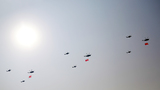 2019年10月1日上午,庆祝中华人民共和国成立70周年大会在北京天安门广场隆重举行。这是空中护旗梯队。徐晓羽摄
