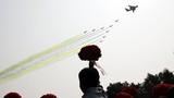 2019年10月1日上午,庆祝中华人民共和国成立70周年大会在北京天安门广场隆重举行。这是空中梯队接受检阅。徐晓羽摄