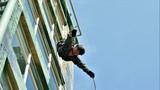 一名特战队员正在进行飞身下滑训练。