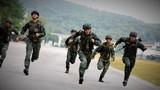 特战队员正在进行武装奔袭训练。