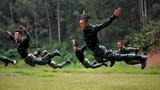 特战队员正在进行前扑训练。