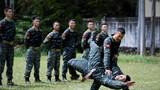 两名特战队员正在进行摔擒动作示范。