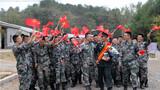 10月5日陆军第71集团军某旅全连官兵热情欢迎孟凡利凯旋归队。作者:赵戈亮 李政 安冒友