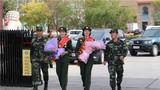 10月5日中午,武警新疆总队某机动支队参加阅兵任务的女兵凯旋。作者:王雅慧 张森