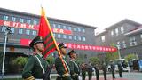 這幾天,武警北京總隊執勤第一支隊的軍營里充滿了傷感和離別的味道。按照計劃,支隊里的老兵們應該在9月份就光榮退役,但為了完成國慶70周年慶典的安保任務,這些老兵們超期服役一個多月,連續大半個月高強度超負荷工作,在最緊張的那段時間里,他們每天都很少休息。離隊的最后一天,他們才不舍地走下哨位。老兵們卸下軍銜、肩章,戴上光榮的紅花,從此告別軍旅生涯。圖為向武警部隊旗告別。