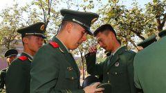 保障国庆庆典老兵们延迟一月退伍 离别前最后一次敬礼!