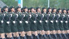 巾帼不让须眉 受阅女兵每日负重练习2300次