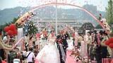 """缘定金秋,情结军营。10月6日,火箭军某部隆重举办""""爱在湘西南,情定火箭军""""军营集体婚礼,43对新人在战友和亲人的祝福下携手步入婚姻殿堂,许下终身誓言。"""