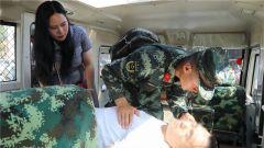 云南瑞丽:游客晕倒休克  武警巡逻官兵紧急救治