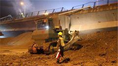江苏无锡: 锡港路上跨桥侧翻 武警官兵通宵救援