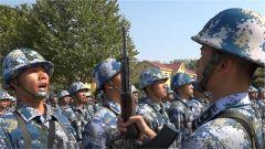 北部战区海军某训练基地为数千名新战士授枪