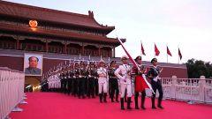 向军营告别 向国旗致敬:国旗护卫队退伍老兵的最后一次升旗