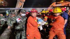 武警官兵紧急投入无锡锡港路上跨桥桥面侧翻事故救援