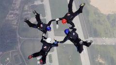 軍運會造型跳傘:4人默契配合 40秒內完成幾十個動作