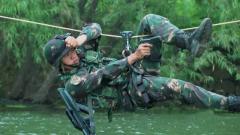 特種兵挑戰牽引橫越 水上完成高難度精準射擊