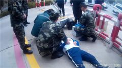 新疆塔城:一中学生突然晕倒 武警官兵紧急救助