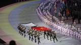 护旗手护卫中华人民共和国国旗和国际军事体育理事会会旗进入开幕式现场
