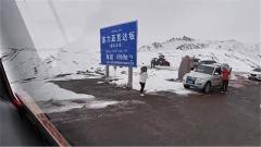 新藏線上暖心一幕:過達坂時,旅客們停車向汽車兵揮手致敬