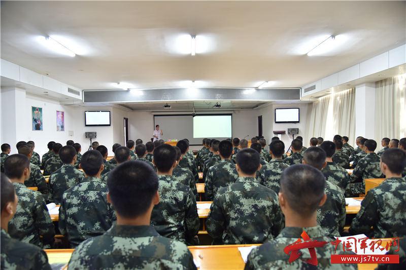 01陈虹副教授为全体新训官兵开展心理健康知识讲座。摄影:易樟林