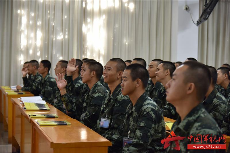 02陈副教授与官兵开展课堂互动小游戏。摄影:易樟林