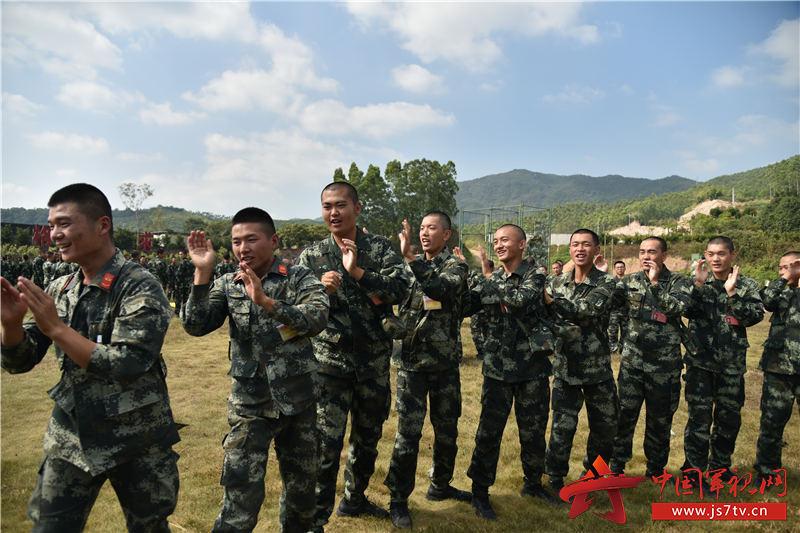 06跟着我的节拍,战友们一起来。摄影:易樟林