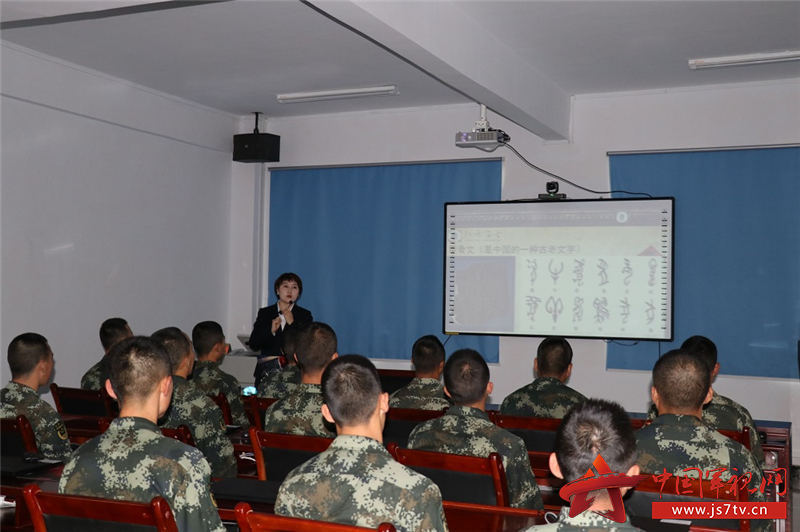 工作人员为中队官兵进行民俗文化授课