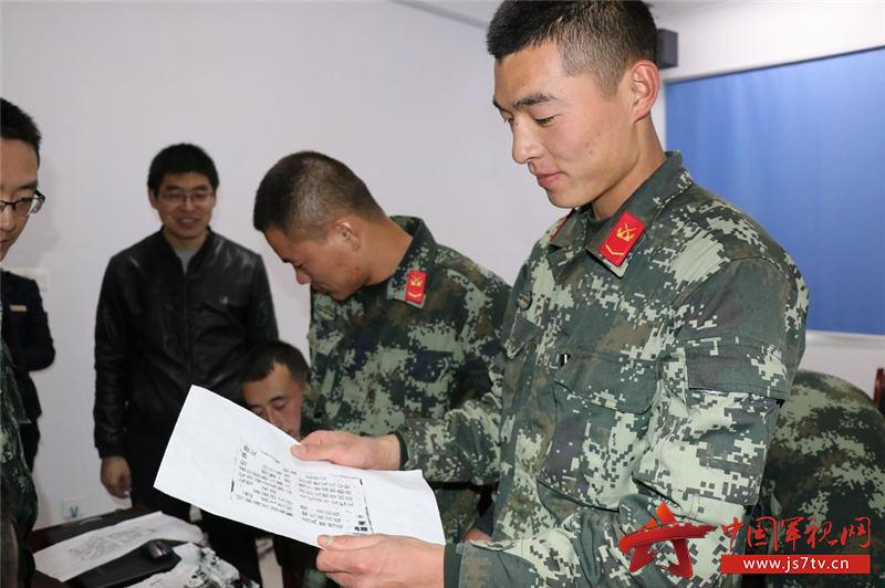中队官兵用活字印刷板成功印制诗词