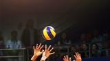 10月16日,第七屆世界軍人運動會中國女排與美國女排的首場小組賽上,八一女排運動員正在配合攔網。柳軍 攝(存圖方法:長按圖片-保存至手機)