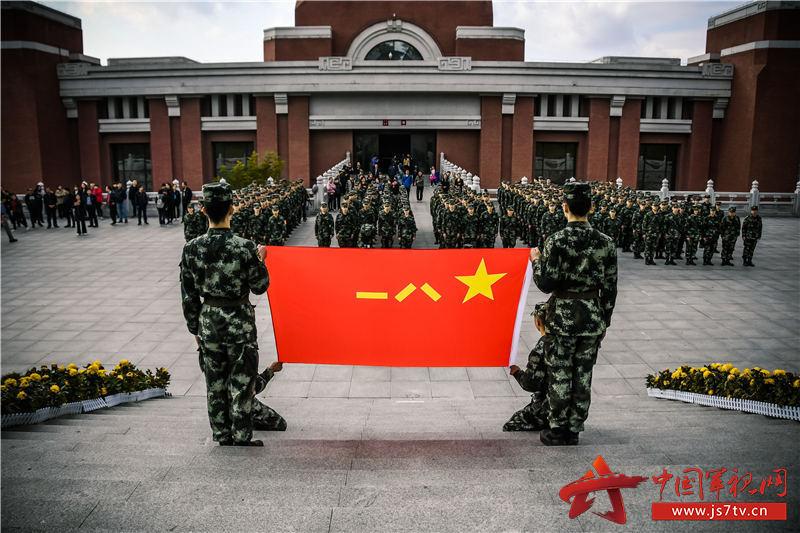2、图为该校学员在陕甘边革命根据地照金纪念馆前向军旗宣誓。