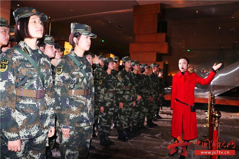 4、图为该校学员在陕甘边革命根据地照金纪念馆内聆听讲解。