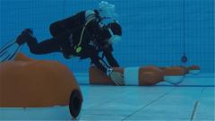 探秘军运会:确保竞赛公平 蛙人团队克服困难精准摆放假人