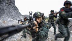 鏖戰石林 克敵制勝!武警桂林支隊開展山地滲透反恐訓練