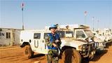 """中国第七批赴马里维和医疗分队干事张铁梁:一手拿枪,一手执笔,带你了解中国蓝盔的真实生活,带你感悟""""和平""""二字的珍贵与不易。"""