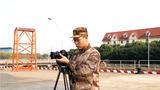 """战略支援部队某部报道员刘星:要想成为一名合格的""""兵记者"""",必须具有远大的理想和坚定的信念,只有这样才能不惧艰险,才能创作出感动读者的好作品。"""