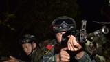一名特戰隊員掩護隊友在密林中搜索。